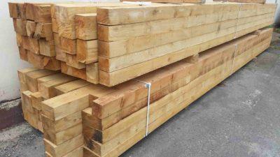 Nehoblované dřevěné trámky